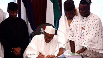 Buhari-signs-budget-1062×598